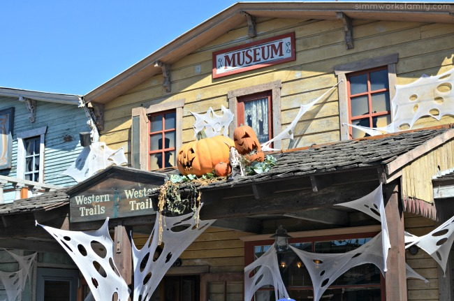 top-5-things-to-do-at-knotts-spooky-farm-decorations